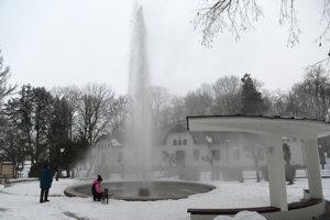 Gejzír v Herľanoch sa dá navštíviť aj v zime.