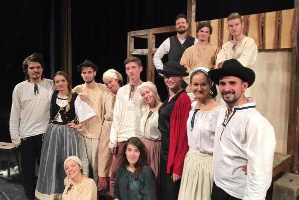 Členovia Teatro Moliére v hre Ťapákovci.