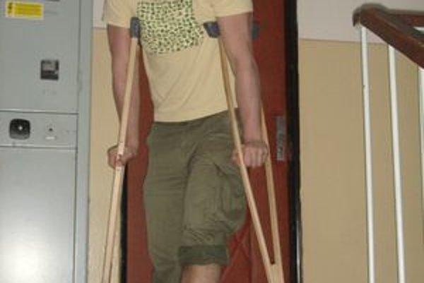 """Kristián Šimo s novou """"ozdobou"""" na nohe."""