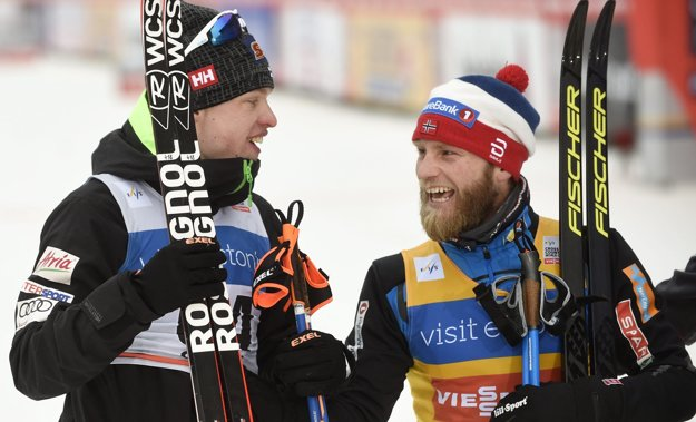 Víťazný Martin Johnsrud Sundby (vpravo) a druhý Ivo Niskanen.