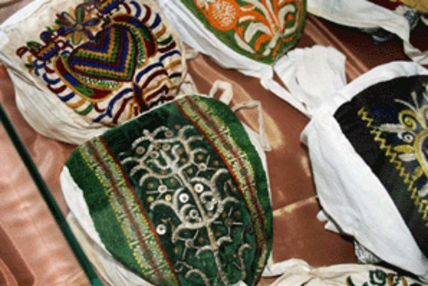 Na výstave čepcov sú aj pokrývky hlavy, ktoré kedysi nosili roľnícke ženy.