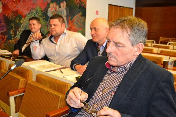Poslanec Ladislav Alušík (v popredí).Upozornil na nereálne príjmy vrozpočte.