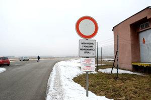 Cesta z Barce popri letisku. Mesto určilo, že sa značka Zákaz vjazdu dočasne nahradí značkou Zákaz vjazdu pre vozidlá nad 3,5 tony.