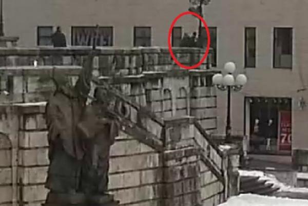 Inkriminovaný moment, keď chcel mladý muž skočiť z balustrády.