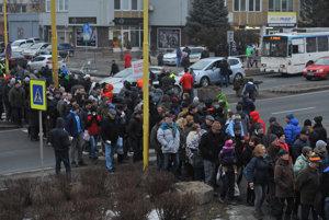 Blokovanie dopravy na Levočskej ulici počas protestného zhromaždenia občanov s výzvou vláde o výstavbe západného a severného obchvatu Prešova.