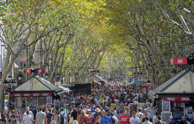 Preplnená barcelonská ulica La Rambla.