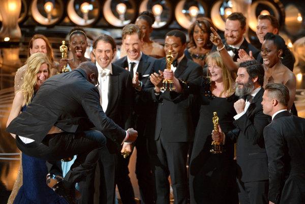 Režisér Steve McQueen sa teší z oscarového triumfu drámy 12 rokov otrokom v roku 2014.