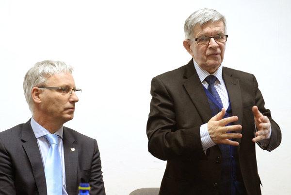 Zľava štátny tajomník pri maďarskom Ministerstve ľudských zdrojov pre oblasť cirkevných, národnostných a občianskych vzťahov Miklós Soltész a predseda mestského výboru Csemadoku v Košiciach Péter Kolár.