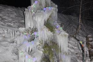 V strede obce Radôstka stojí zimná madona.
