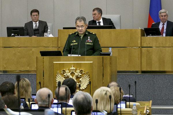 Ruský minister Šojgu reční pred poslancami.
