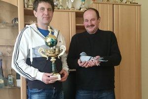 Na fotografii vpravo Peter Holienka a Peter Mečár, ktorí sa zaslúžili o cennú trofej.