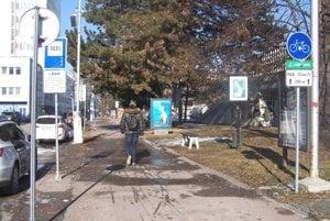 Cyklochodník pri Vajanského námestí, ktorý chodci bežne vnímajú ako svoj.