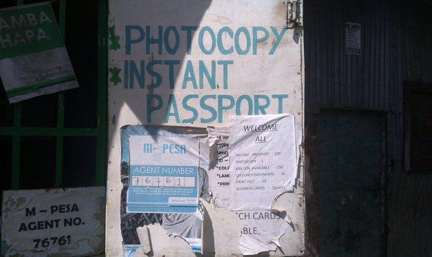 Služba robenia kópie cestovného pasu na počkanie v slume Mukuru.