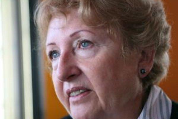 Narodila sa v roku 1946 v Žiline. Vyštudovala Lekársku fakultu UK v Bratislave - odbor Všeobecné lekárstvo. Po promócii začala pracovať v Psychiatrickej liečebni v Pezinku, po roku a pol prešla do nemocnice na Kramároch v Bratislave (lekárka na hematológi