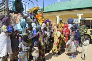 Ženy a deti, ktoré zachránili nigérijskí vojaci z rúk islamistickej extrémistickej skupiny Boko Haram.