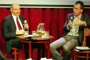 Počas diskusie. Vľavo viceprimátor Štefan Kužma a analytik INEKO Ján Kovalčík.