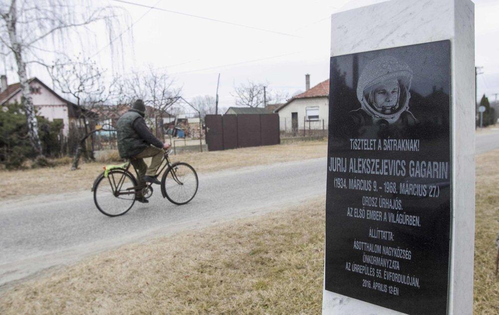 Pomník Gagarina v obci Ásotthalom. Viac fotografií v galérii.