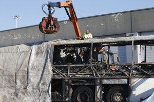 Trosky zhoreného autobusu po tragickej nehode.