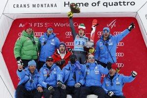 Talianska lyžiarka Federica Brignoneová (uprostred) sa teší s členmi svojho tímu z víťazstva v alpskej kombinácii Svetového pohára v Crans Montane.