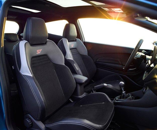 O komfortné sedenie sa postarajú sedačky Recaro