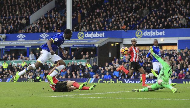 Romelu Lukaku (vľavo) strieľa druhý gól Evertonu v zápase.