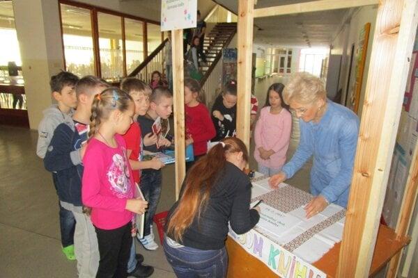 Knihy deti priniesli do školy 14. februára.