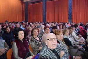Sobota, 15.30 hod., Trebišov. Pol hodiny pred začiatkom boli všetky stoličky obsadené, väčšinou prišli staršie dámy.