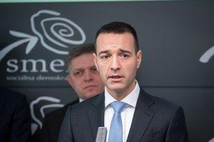 Minister zdravotníctva Tomáš Drucker a muž v pozadí - premiér Robert Fico.