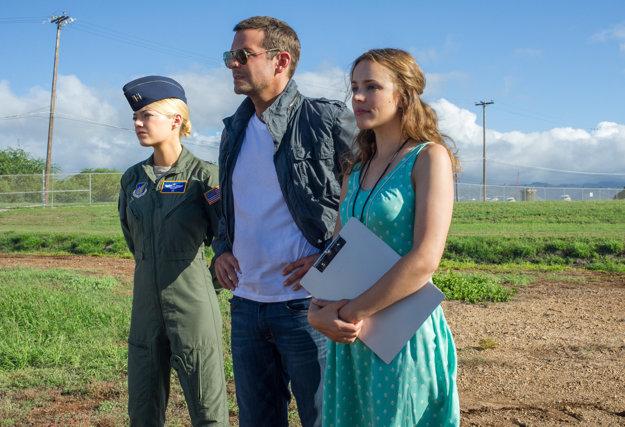 Emma Stone (vľavo) vo filme Aloha