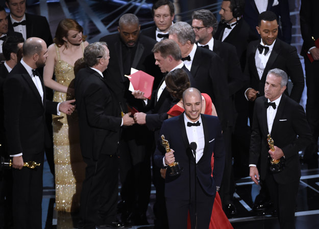 Tvorcovia muzikálu La La Land krátko predtým, než sa dozvedeli, že ich výhra bola omylom.