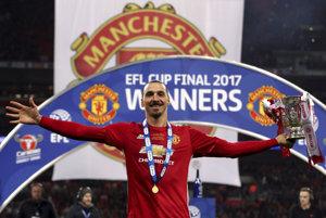 Zlatan Ibrahimovič pózuje s víťaznou trofejou.