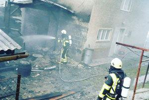 Susediaci dom sa podarilo uchrániť pred ohňom.