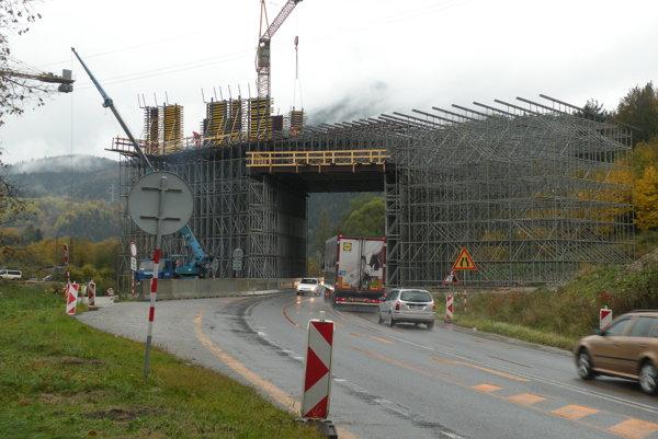 Rozostavaný úsek diaľnice D1 medzi Hubovou a Ivachnovou má 15 kilometrov. Jeho súčasťou má byť 22 mostov a viaduktov.