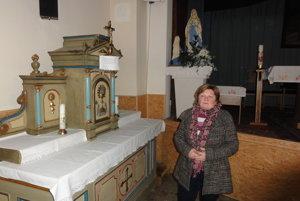 Starostka Mária Segíňová v obecnom kultúrnom dome, kde je momentálne oltár a kde sa už sedem rokov konajú omše.