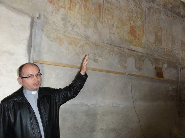 Kňaz Igor Písečný pri freskách, ktoré sú ojedinelé v celej strednej Európe.
