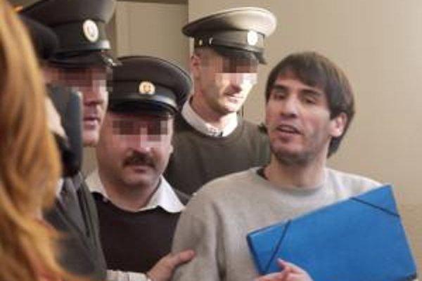 Alžírčan Mustafa L., ktorý je podozrivý zo spolupráce s medzinárodnou teroristickou sieťou al-Káida, odchádza 28. novembra 2007 po súdnom pojednávaní na Krajskom súde (KS) v Bratislave.