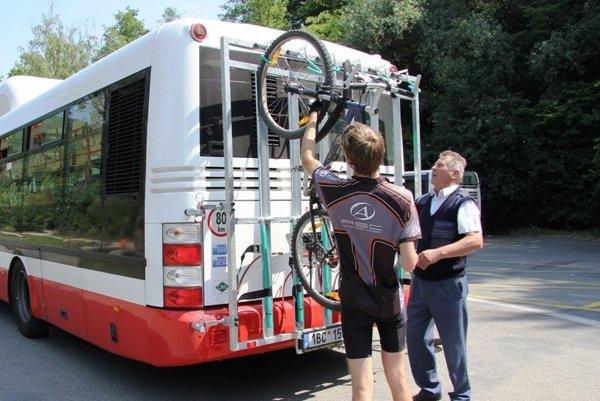 Brno. Pri nakladaní aj vykladaní tam asistuje cyklistom vodič.