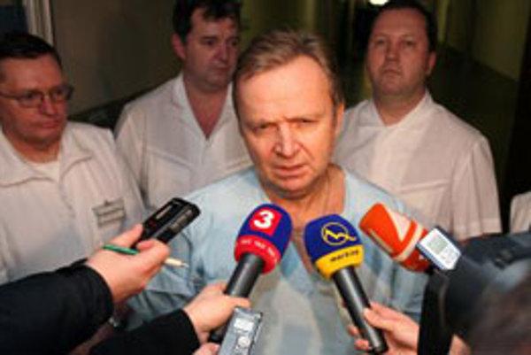 Riaditeľ Stredoslovenského ústavu srdcových a cievnych chorôb Peter Mečiar hovorí s novinármi na briefingu krátko potom, čo lekári úspěšne voperovali viacnásobný bypass predsedovi Ľudovej strany-Hnutia za demokratické Slovensko Vladimírovi Mečiarovi.