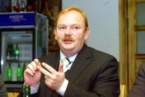 Bývalý primátor Žiliny Ján Slota urobil ešte pred odchodom niekoľko podozrivých obchodov. Jedným z nich je predaj Športovej haly na Bôriku banskobystrickej spoločnosti Antrade za 112 miliónov korún. Peniaze Slota použil väčšinou na splatenie neuhradených