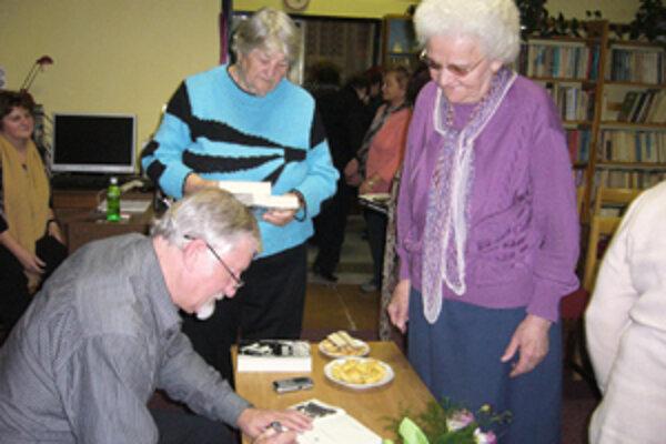 O podpis Pavla Remiaša v novej knihe bol medzi čitateľmi veľký záujem.
