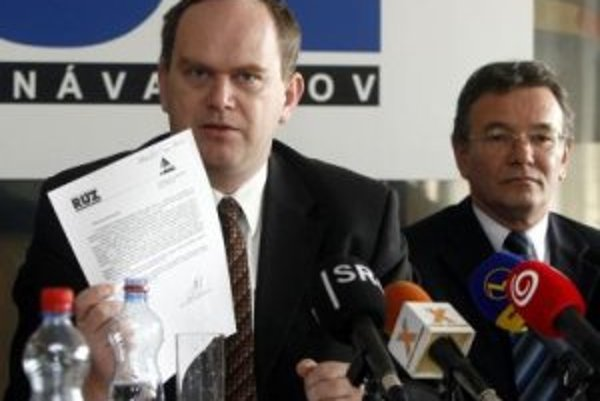 """""""Bude ohrozených viac ako 100.000 dobrovoľných živnostníkov, ktorí budú nútení zamestnať sa v pracovnom pomere,"""" tvrdil viceprezident Republikovej únie zamestnávateľov Jozef Špirko (vľavo). Tomanová jeho kritiku odmietla."""