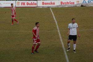 Na snímke Gabriel Snitka (vľavo) bráni Petra Doležaja.