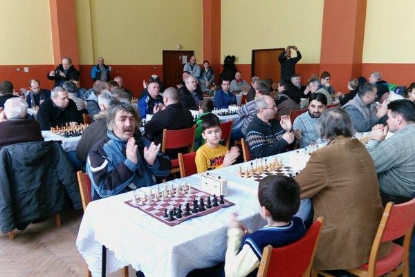 Šachy majú fanúšikov medzi deťmi idospelými.