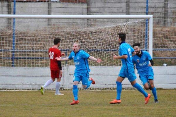 Šaľa vyhrala vo Vrábľoch 3:0, keď až dva góly strelila v oslabení. Takto sa tešil Tomáš Surányi.