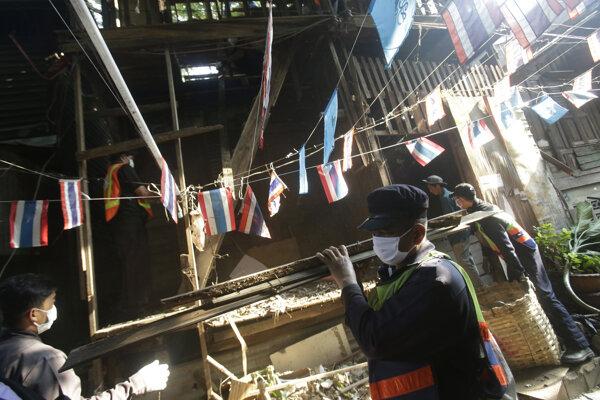 Robotníci domy demolujú naďalej.