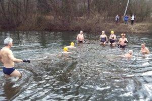 Dvadsať Tučniakov po prvýkrát na strážovskom rybníku.
