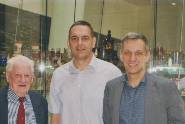 Príjemné stretnutie. Zľava Július Kánássy, Jaroslav Kvašňák aBranislav Koniar.