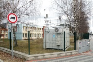 Monitorovacia stanica ovzdušia Slovenského hydrometeorologického ústavu v areáli škôlky na Ulici Riadok. Onedlho k nej pribudne ďalšia. Prevádzkovať ju budú papierne.