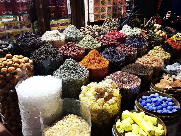 Tradičné trhy v Dubaji ohúria množstvom rôznych komodít.