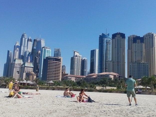 Slávna Nassimi Beach v Dubaji.